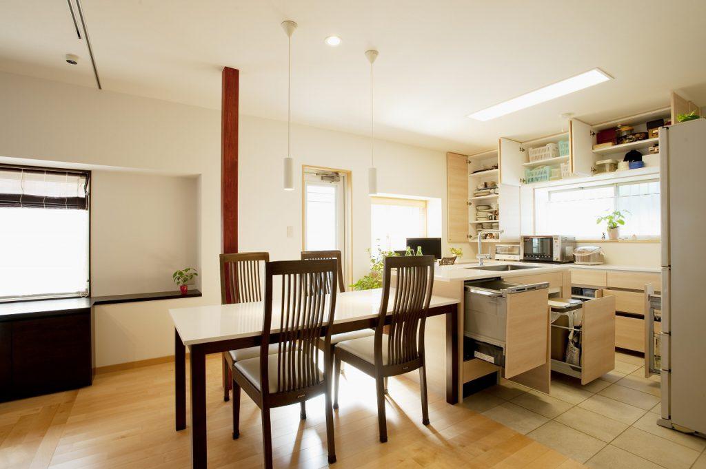 ▲出窓を利用した造作収納は、キッチンの周りのものが収納でき、写真の通り自慢収納力です。お持ちの食器も全て収納できています。