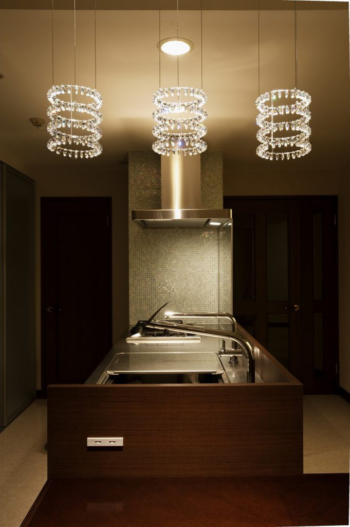 ▲照明計画にもこだわりました。キッチン脇はタイルにすることで空間を引き締めています。
