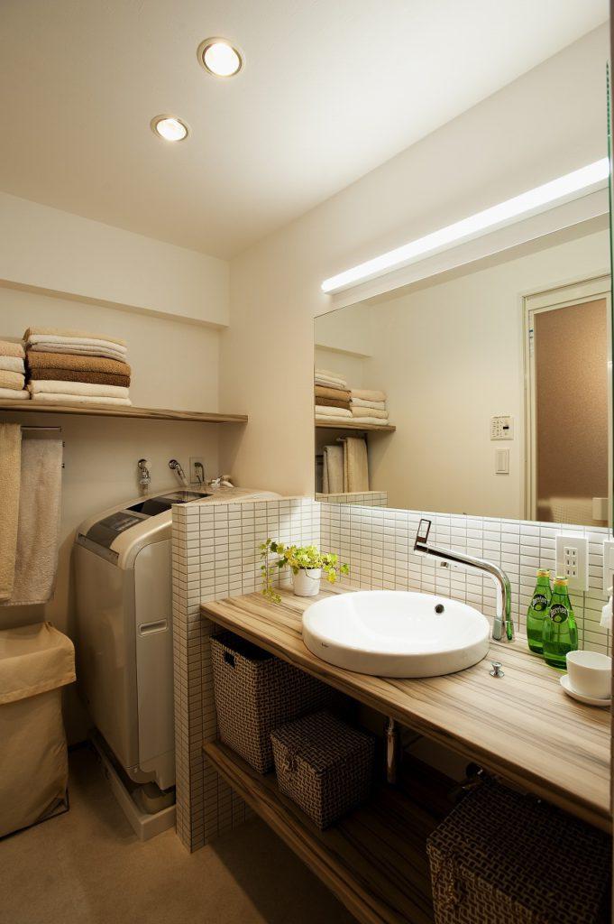 ▲洗面化粧台は造作し、水栓、鏡、照明に至るまでこだわりお気に入りの空間になりました。