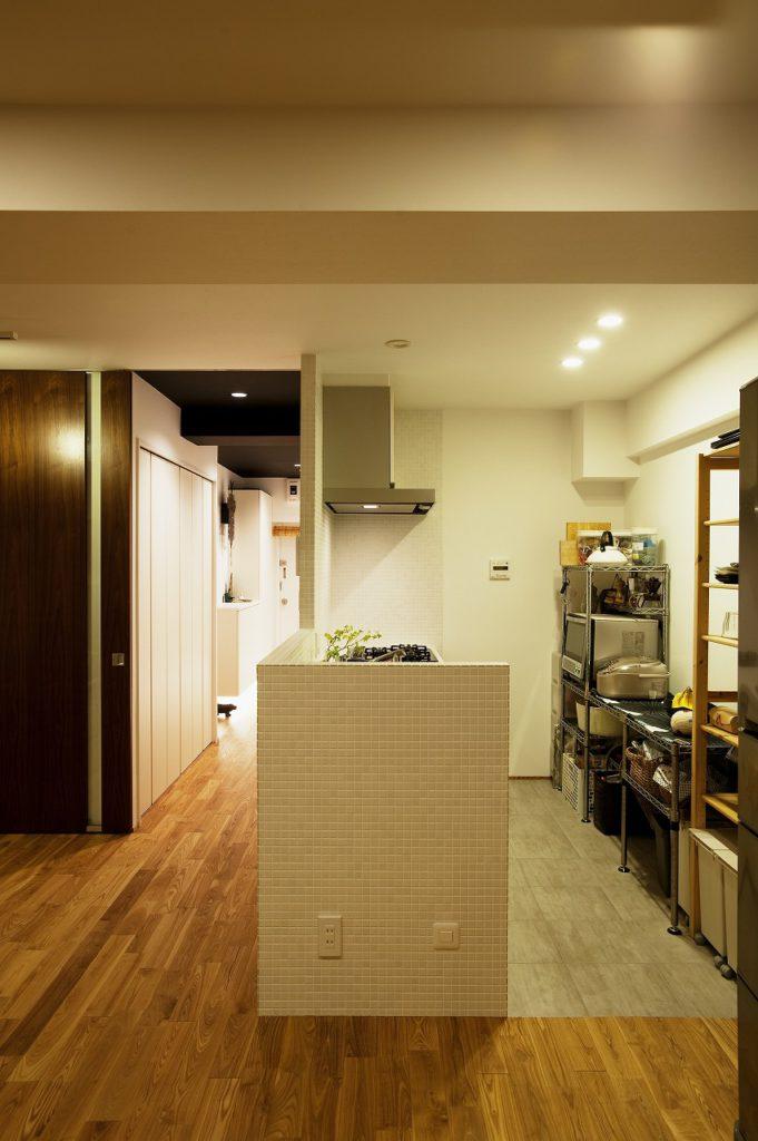 ▲キッチンスペースには、家電を置く場所、カップボード、食器棚を設置し、使い勝手の良いレイアウトにしています。