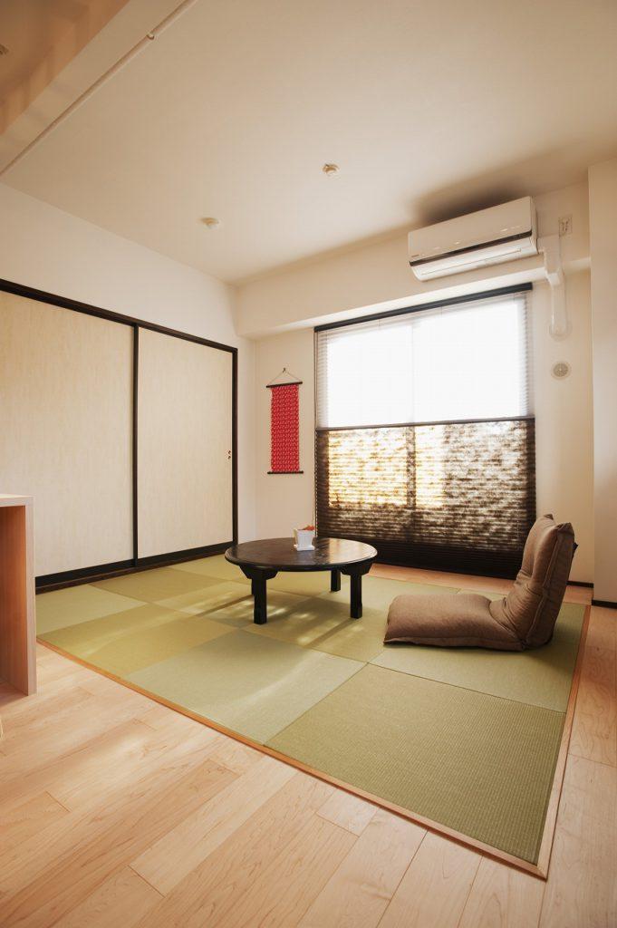【和室】 畳は縁無し、襖はユナイトボードの襖を採用し、ウィンドウトリートメントはプリーツスクリーンとし、モダンな和室に仕上げた。