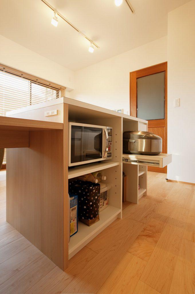 【キッチン】 家電関係をまとめる為、アイランドカウンター+テーブルを造作
