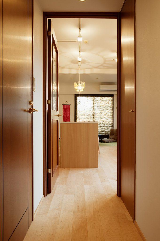 【廊下】 天然木使用の上質な建具を既存のまま残し、フローリングはLDKと同じ物に張り替え、全体とのつながりを持たせた。