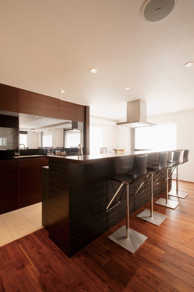 【カウンターバー】 「パーティーを楽しめる家に」との要望で、キッチンはカウンターバーのように仕上げた。