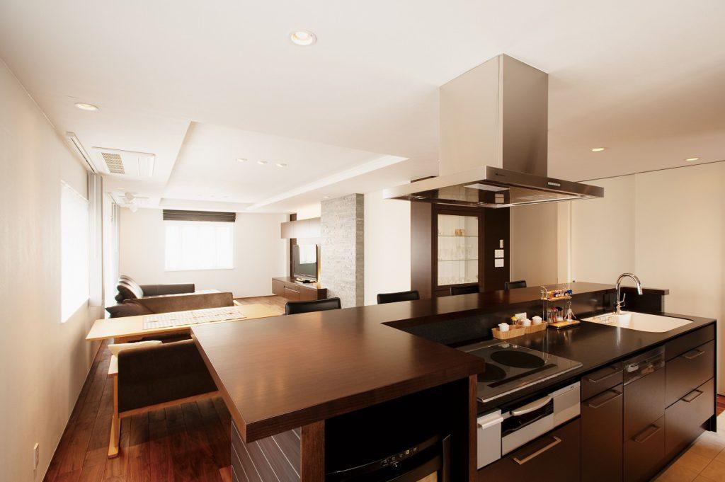 【オーダーキッチン】 CUCINA社のアイランド型キッチンを採用し、より開放的な空間へ。天板は大理石で、継ぎ目のない一枚天板としている。
