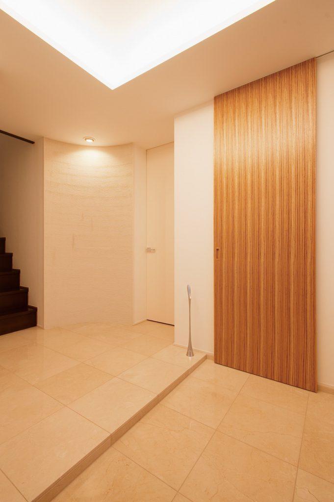 【玄関収納】 収納力アップもYさんの希望だった。玄関には広々としたシュークロークを設けている。