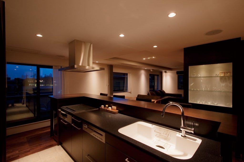 【ディスプレイ収納棚】 右側のディスプレイ収納棚は同社の造作。 デザイン性と機能性を両立させている。