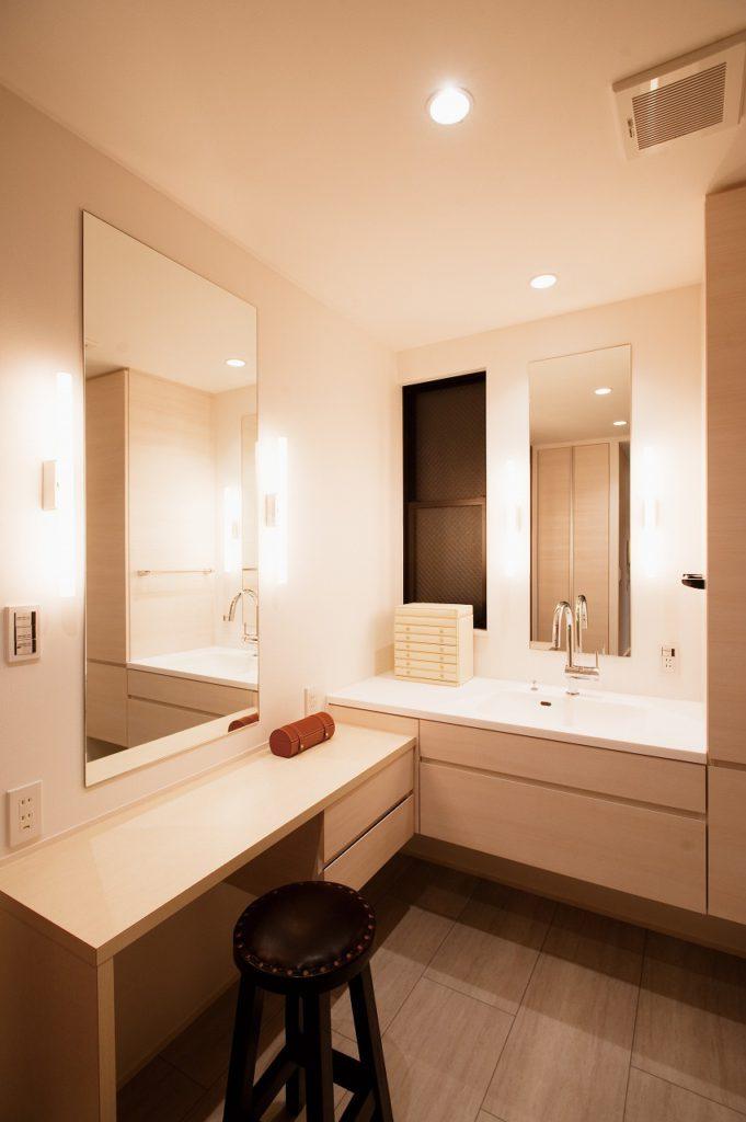 【洗面室】 廊下とキッチンからアプローチできる洗面室。家事動線の改善にYさんも大満足のご様子。