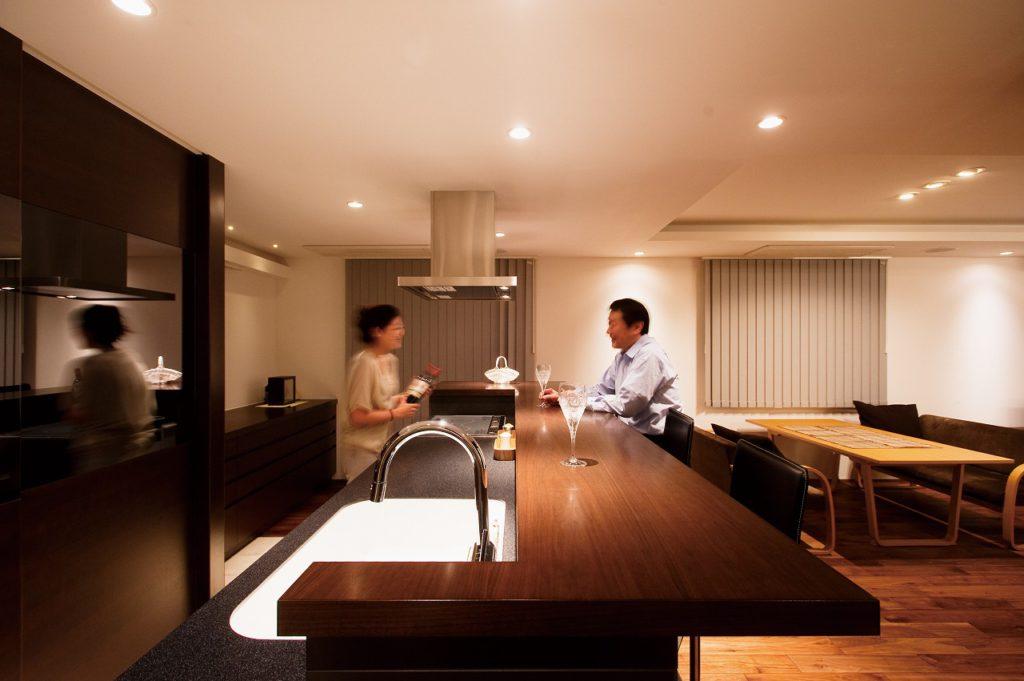 【キッチン】 カウンターは高さ110cm。椅子に腰掛けても2人の視線が合う高さとしている。