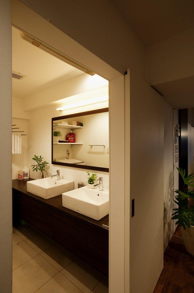 忙しい朝に家族が並んで身支度可能な大きな鏡+2つ洗面ボウルを設置した例