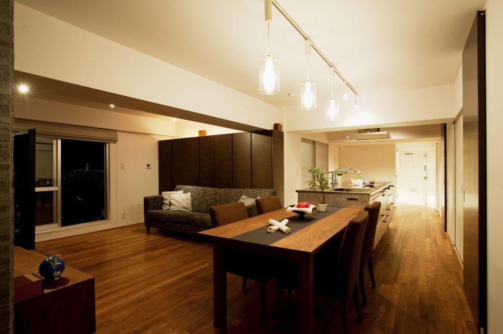 ▲キッチンとダイニングテーブル、洗面室(右奥)が直線に並ぶ作業効率のいいレイアウトとなっています。