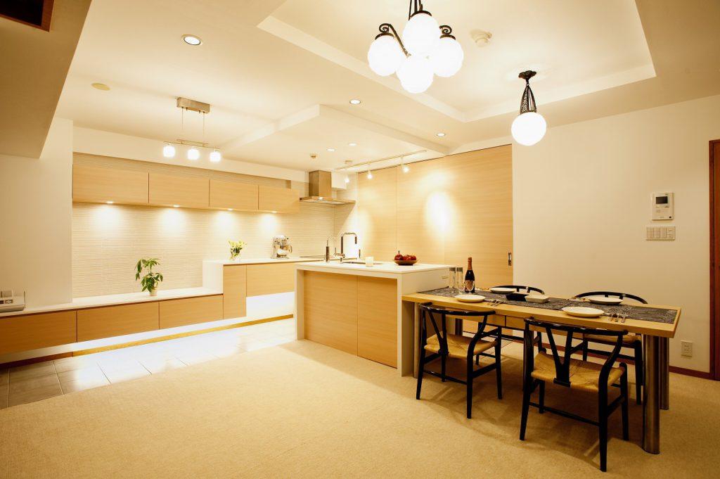 ▲リビング収納からキッチンまで白の人工大理石がシームレスに繋がります。