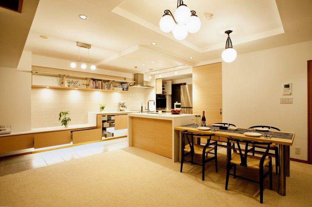 ▲背面引き戸を開けると食器棚、冷蔵庫、家具カウンターが並びます。
