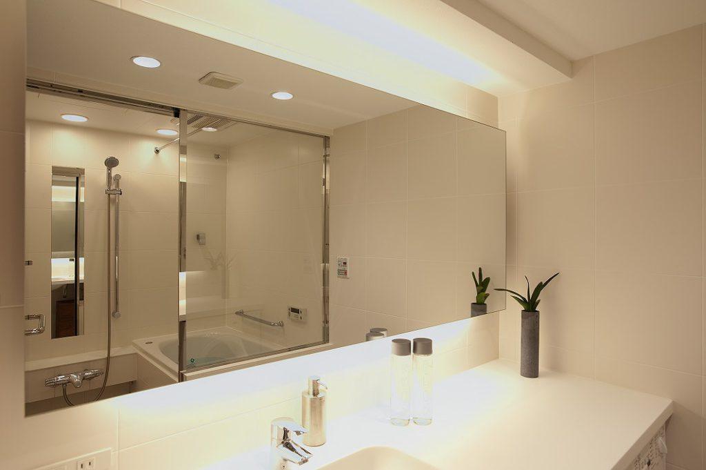【浴室・洗面】 ボール一体形成の人造大理石カウンターと空間に広がりを 与える大額の洗面ミラー。