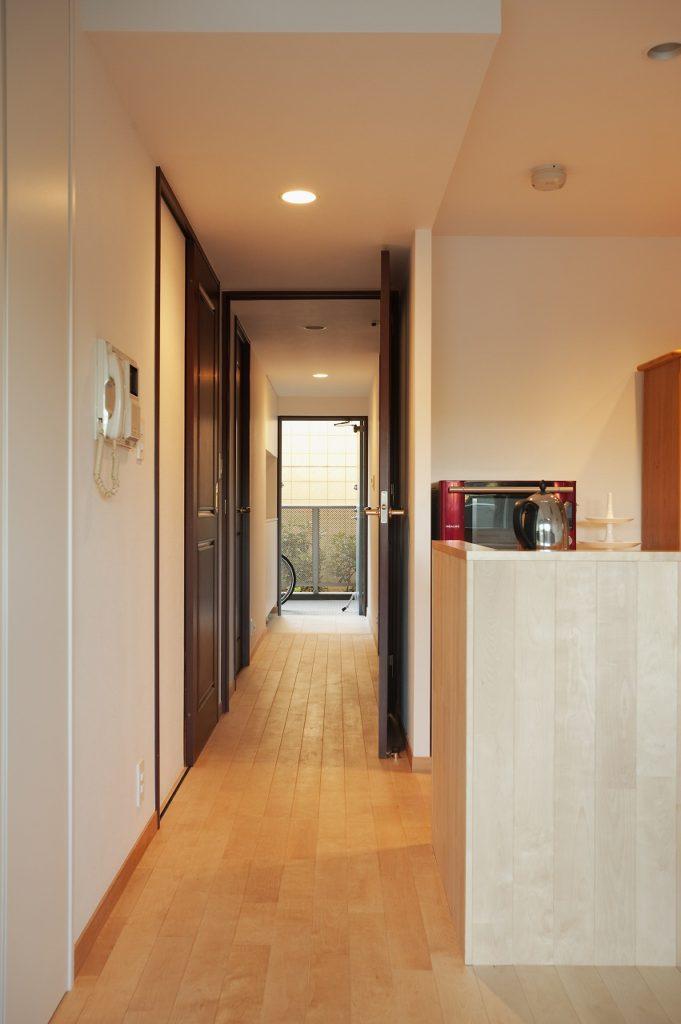 【玄関】 玄関収納をセパレートタイプとし ディスプレイコーナーを設けた。