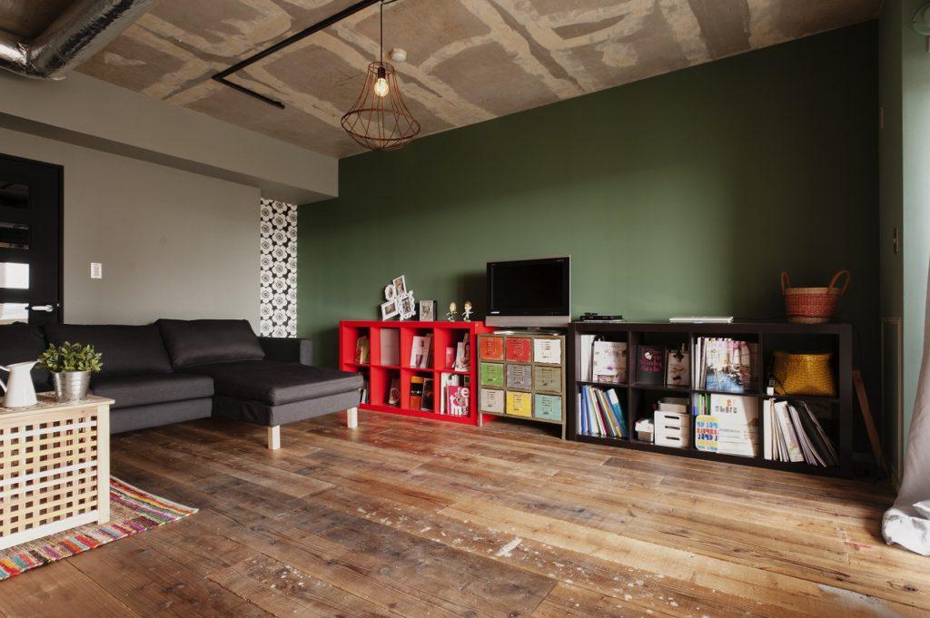 床材には足場板を選択。既存の床に上貼りとすることでコストを抑えながら満足大。壁紙にはウィリアムモリスを選択。