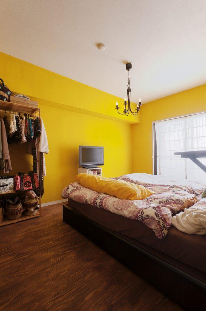 【ベッドルーム】壁はレモンイエローの塗装仕上げ。工事がお休みの日に、1日かけてご夫婦で頑張って仕上げた思い出の壁。