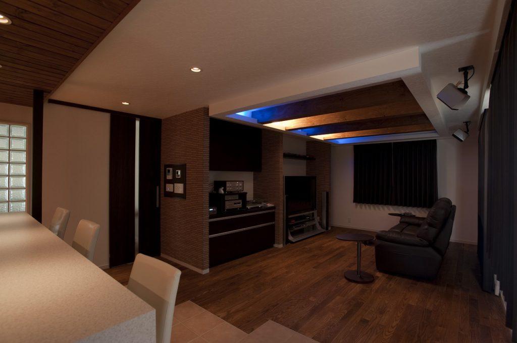 【リビング】 床材や照明にこだわって大好きなお酒が楽しめる空間、 くつろぎのある空間にしています。