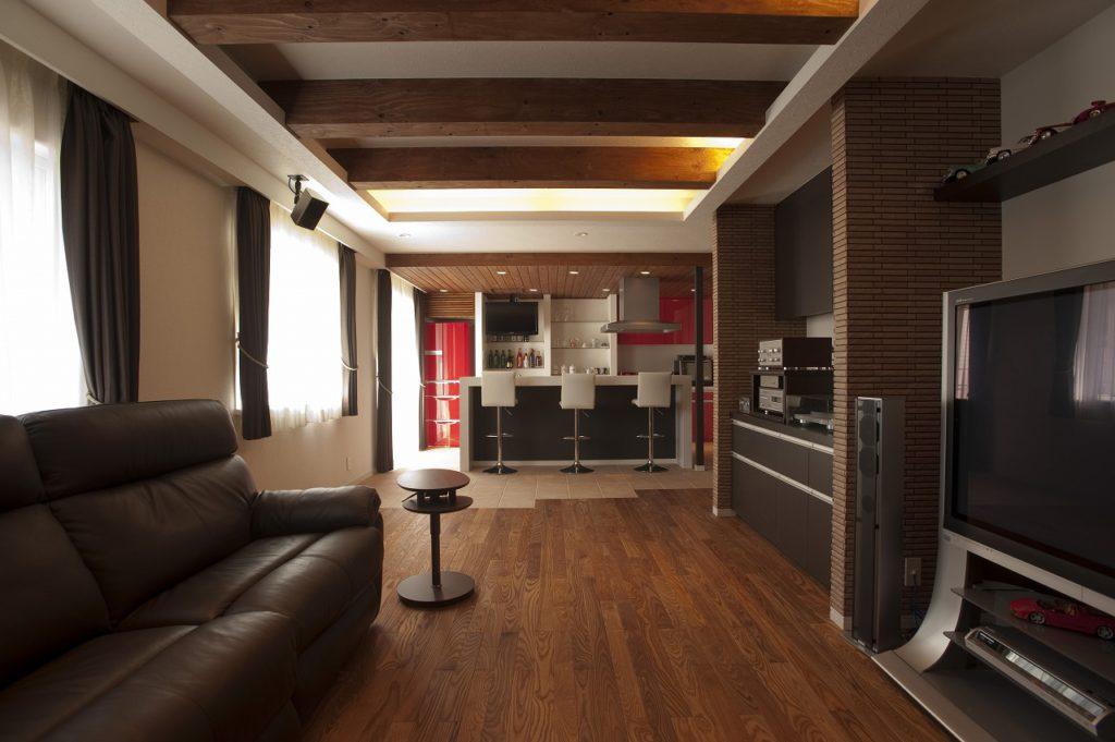【LDK】 ご自慢のホームバーはフェラーリレッドの赤にこだわり、 キッチンの面材と造作家具で空間を作り上げました。