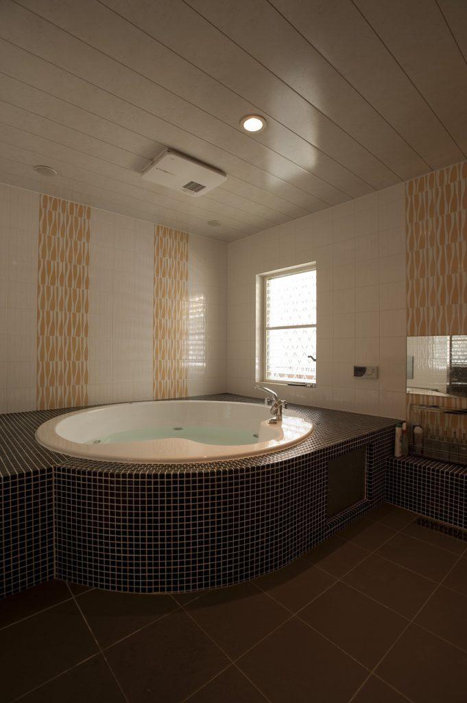 【浴室】 約6帖のスパルームを設置。 2人用のジャグジーと25型浴室TVを設置した ゴージャスな空間が豊かな毎日を約束してくれます。