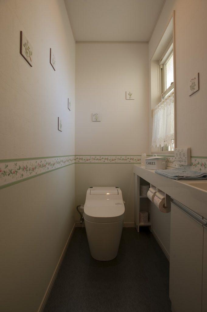 【トイレ】 壁紙は、中央に帯のある可愛らしい模様のあるものに。 中央の帯は、空間を引締める効果もあります。