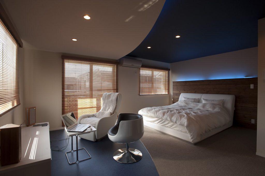 【寝室】 間接光はブルー。アール状の間接照明と床のブルータイルで 海辺のリゾートホテルを意識。