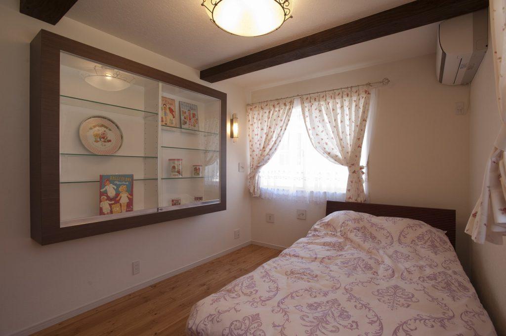 【寝室】 明るい雰囲気にするために窓は白いサッシに全て交換。