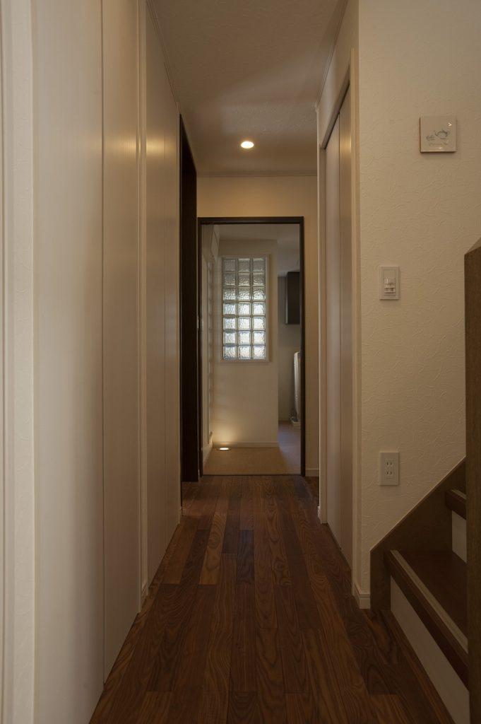 【廊下】 廊下にも収納を造作しています。