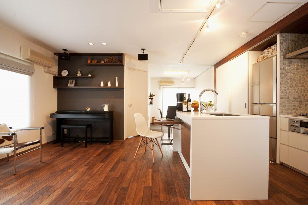 ▲天井近くまである大きなキッチン収納は造作しました。普段は収納部分を目隠し出来るようになっていて、可変的な使い方ができます。