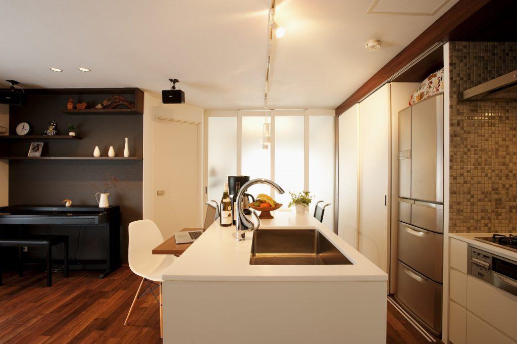 ▲アイランドキッチンをすっきりさせるためにコンロは壁側へ。タイルでデザイン性を高めています。