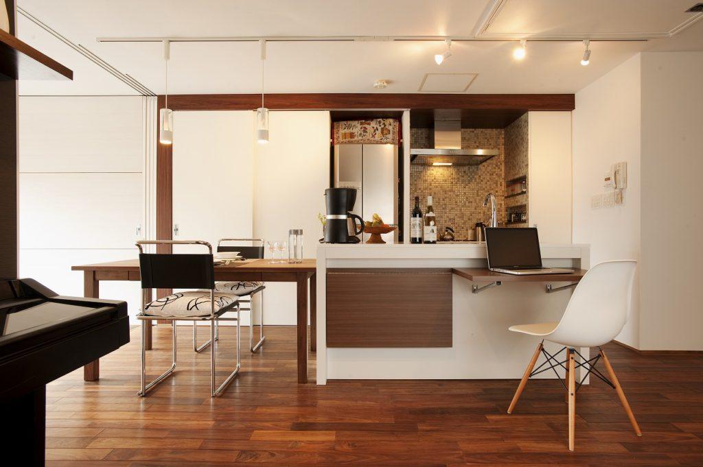 ▲シンクのダイニング側には、書斎スペースとしても使える折りたたみ式の作業代を造作しました。