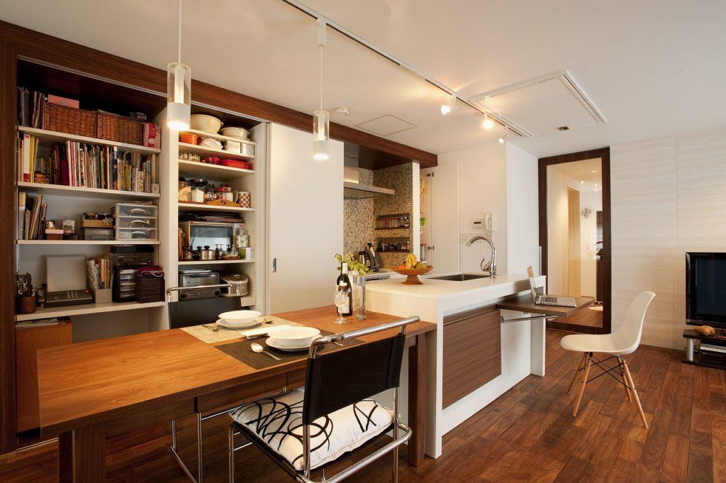 ▲ウォールナットと白いキッチンが映えた、照明計画にもこだわった空間です。