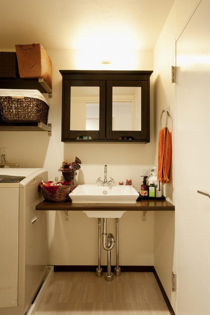 ▲こげ茶のカウンターに洗面ボウルをはめ込んだ、シンプルなデザインの造作の洗面化粧台です。IKEAのミラーキャビネット、水栓にはグローエなどこだりました。