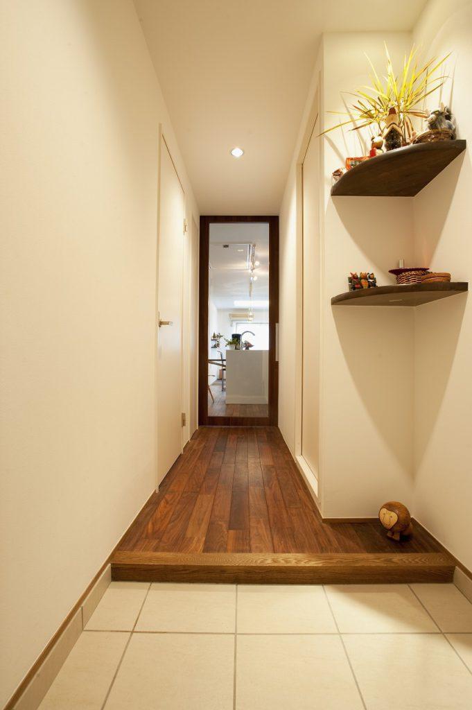 ▲既存の玄関収納は撤去、オープンな飾り棚とし、玄関収納は1つにし足元をすっきりとまとめました。