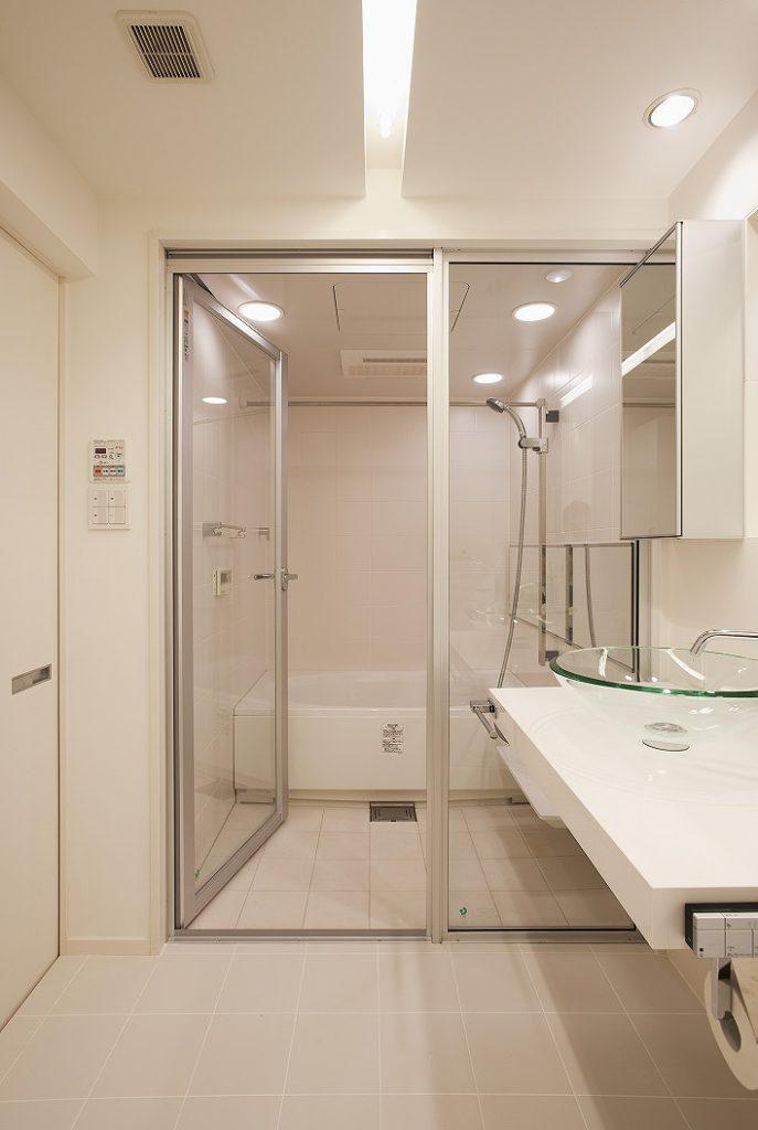【バス・洗面】 洗面ミラーを中心に、浴室ミラー、 洗面カウンターのラインをそろえました。