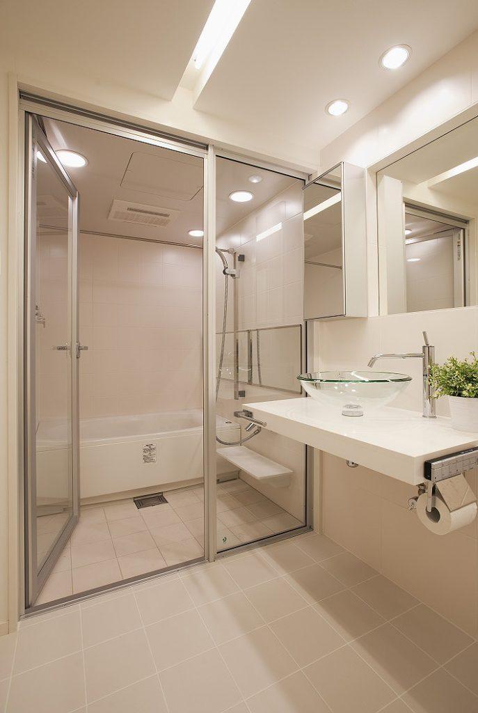 【バス・洗面】 浴槽向きを90度向きを変えてサイズアップしました。 壁、床共にタイル仕様のSOREO(LIXIL)を採用しました。