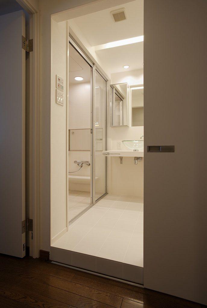 【浴室】 洗面に繋がる面は全面ガラス張りにして、 空間に広がりを演出しています。