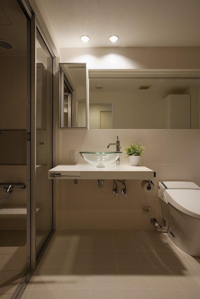 【洗面・トイレ】 トイレの紙巻器、リモコンなど付ける壁面が無いので 洗面カウンター側面に加工して取り付けています。