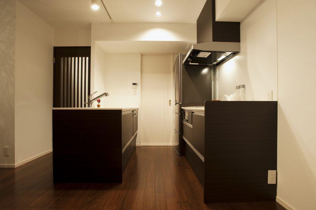 ▲キャビネットは既製品を使用、天板やシンクはオーダーとするなどデザインとコストのバランスとっています。魅せる部分にこだわった理想のオープンキッチンを実現しています。
