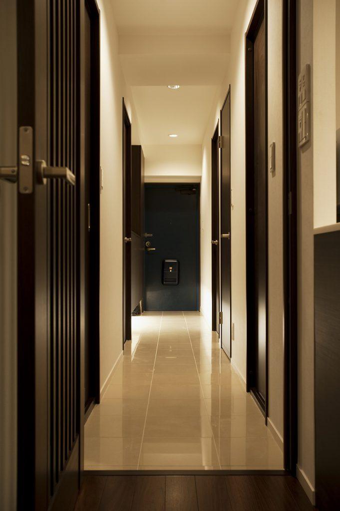 ▲ゆとりのある玄関収納と床のタイルでスタイリッシュな空間を演出しています。