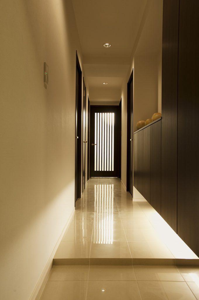 ▲浮かせた玄関収納と間接照明で視覚的な広がりを演出してゆとりを感じさせています。