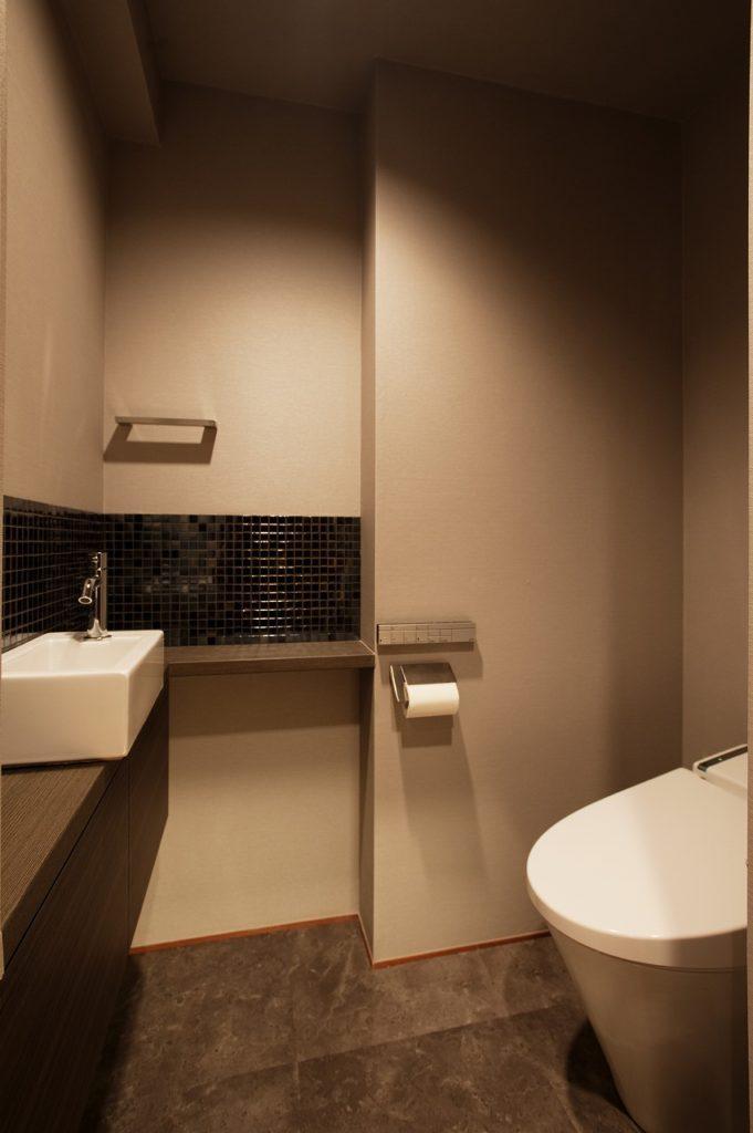 【トイレ】 もともと扉があった所に手洗いコーナーを造作しました。