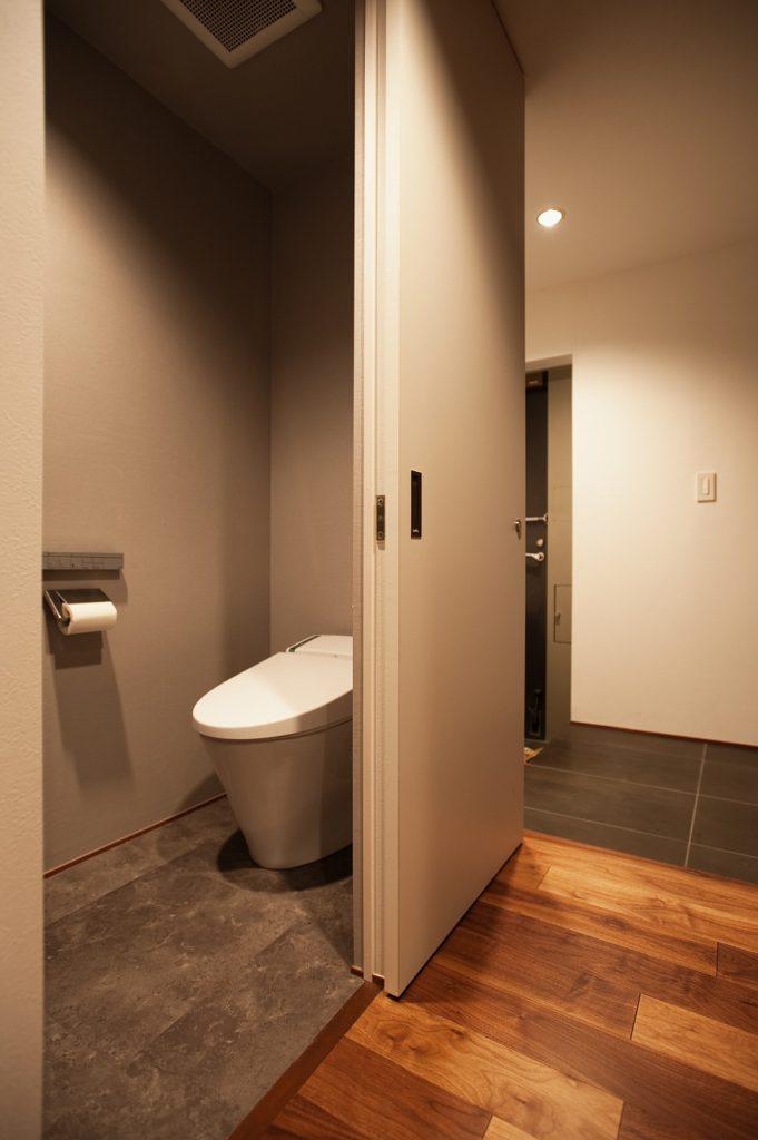 【トイレ】 トイレの扉はすっきりとした引戸に変更しました。ラクラク開けれる引戸にすることで皆が使いやすいトイレへ。