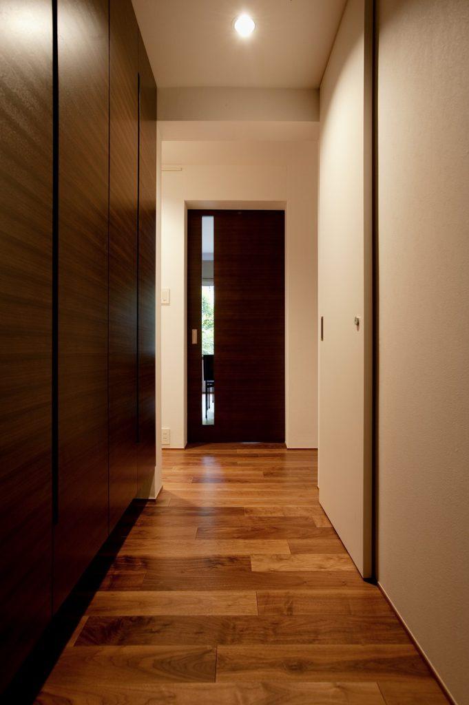 【廊下】 収納の内側の棚には既製品を活用。魅せる部分、そうでない部分で優先順位を明確にしコストを抑えました。