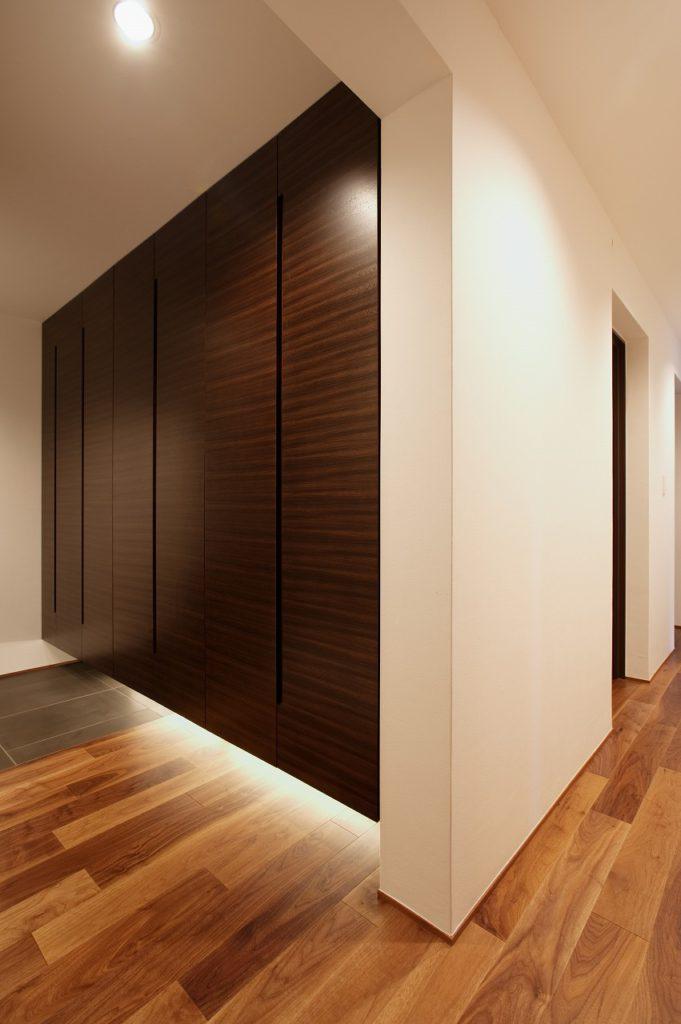 【廊下】 収納不足を補う為に廊下の壁内のデッドスペースを利用して、収納を造作。