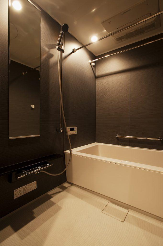【浴室】 浴室もシックな装いにしています。パナソニックのMRXを採用しました