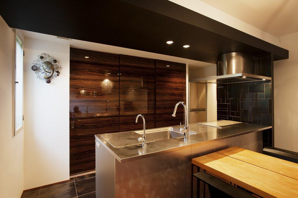 【キッチン】 キッチンに存在感がある分、収納には扉をつけて使用しない時はすっきりとした空間へ。
