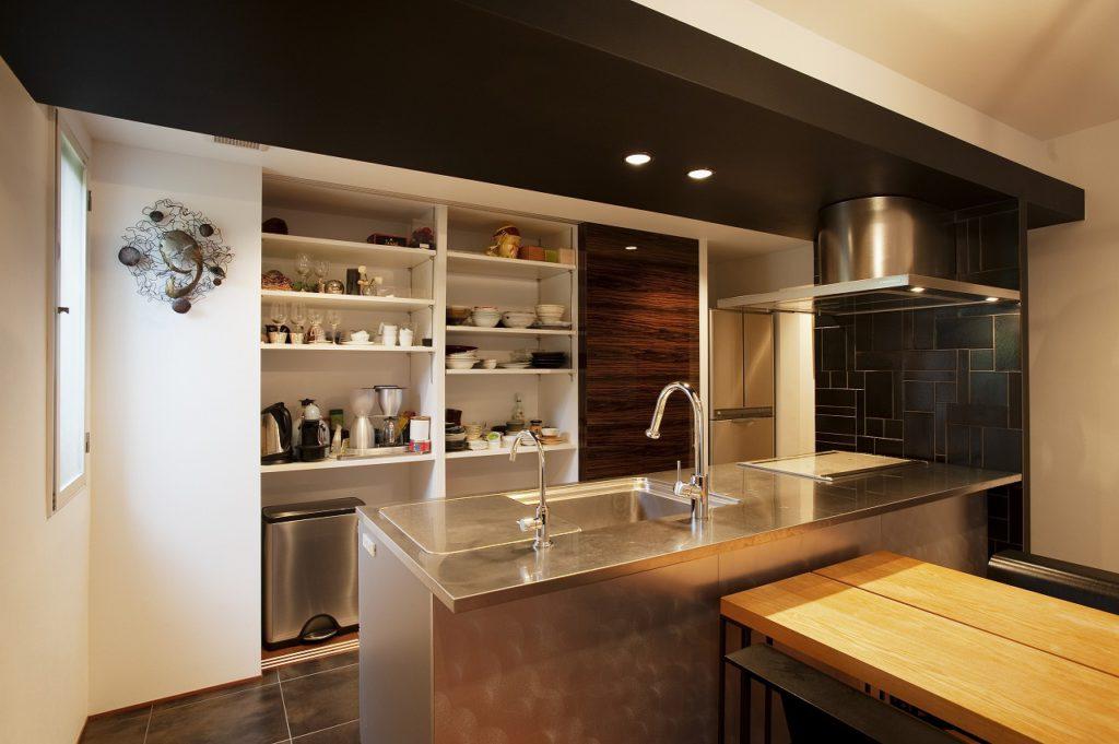 【キッチン】 木目柄の扉をスライドさせると大容量のキッチン収納が姿を現します。