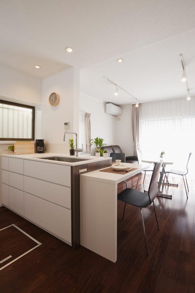 【キッチン】 キッチンはデザイン性の高いオーダキッチンです。 〔水栓:GROHE(グローエ)/レンジフード:DOUBLE〕