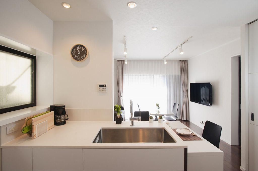 【キッチン】 キッチンはレイアウトを見直してⅡ型に変更しました。Ⅱ型キッチンは作業動線も短くでき、収納量・作業スペースもとりやすくなるキッチンのレイアウト方法です。